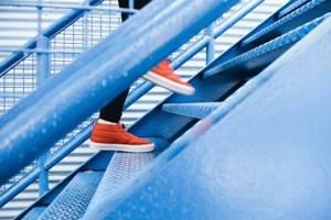 Боль в коленях при ходьбе по лестнице: почему болит коленный сустав при спуске и подъеме